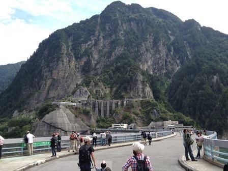 山に残っているのは堤体のコンクリート運搬用クレーンの土台