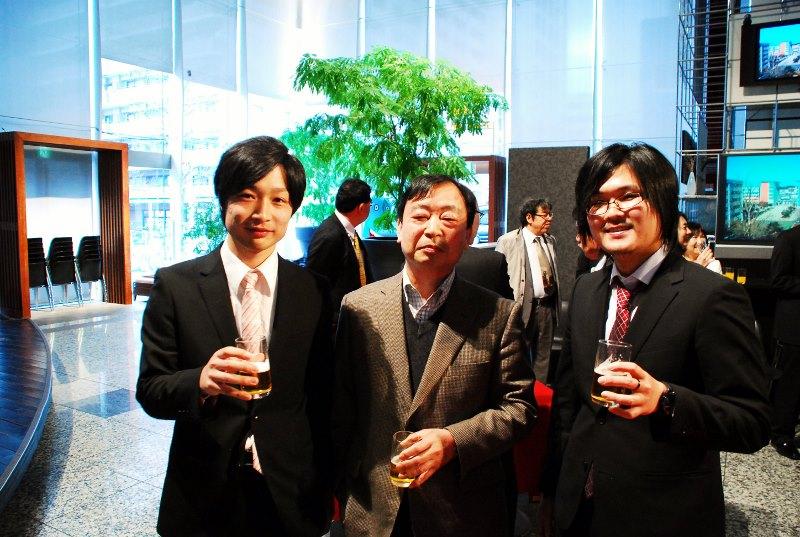 定年退職される熊谷先生と記念撮影